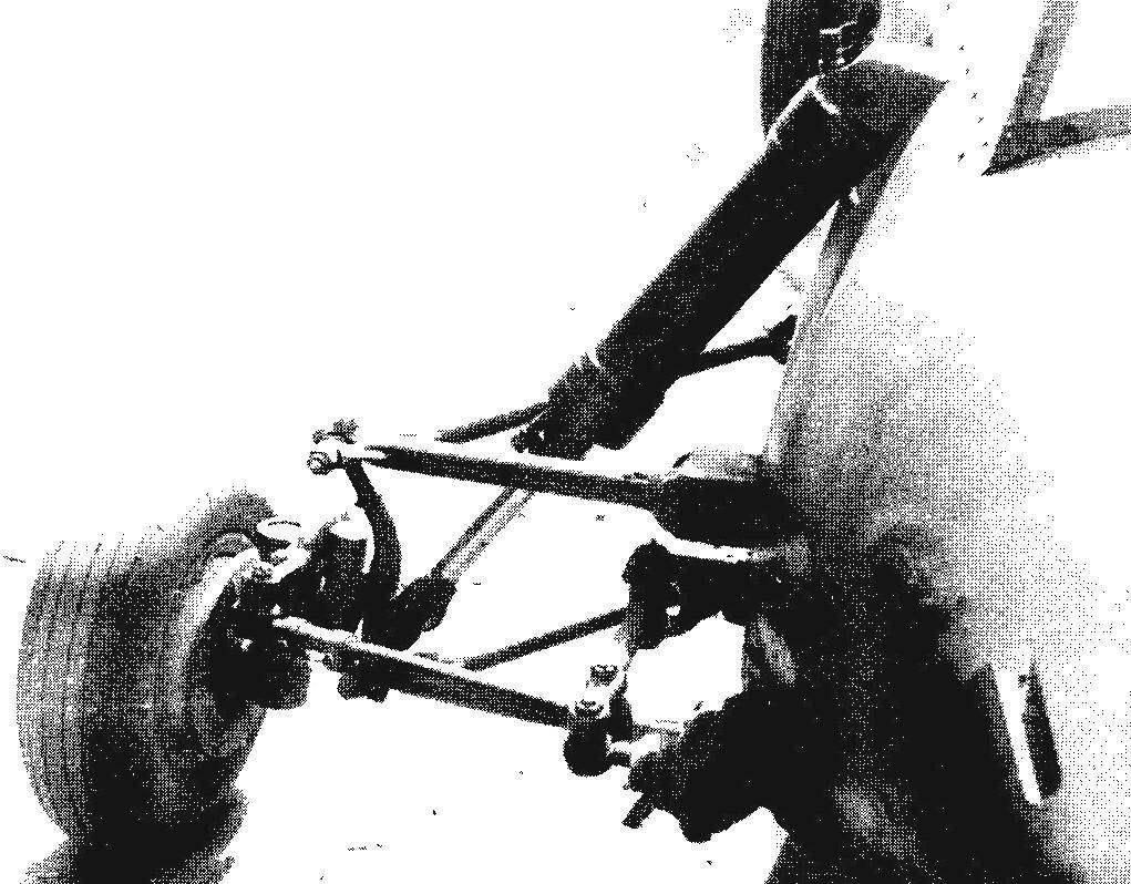 Двухрычажная передняя подвеска (правая, вид спереди) с амортизатором. Здесь же маятниковый рычаг рулевого управления, рычаг и поворотный кулак