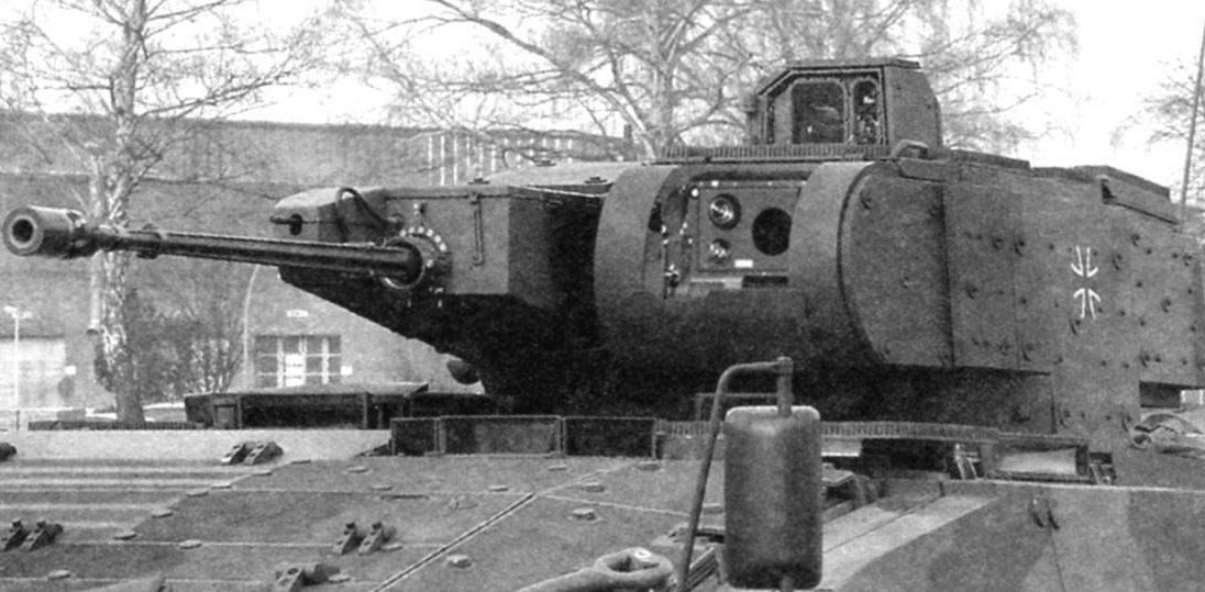 Башня БМП. Справа в башне-30-мм автоматическая пушка МК 30, за ней - 5,56-мм пулемёт