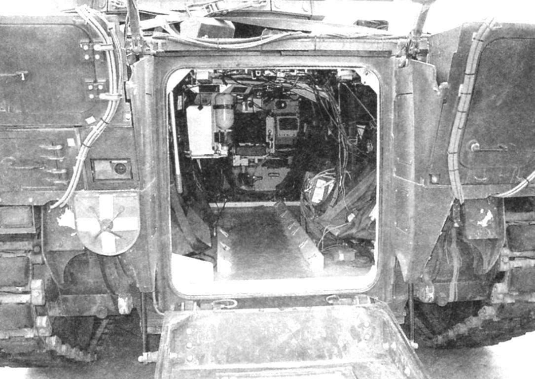 Внутренние отсеки машины через кормовой десантный люк. Внизу на снимке - опушенная выходная аппарель