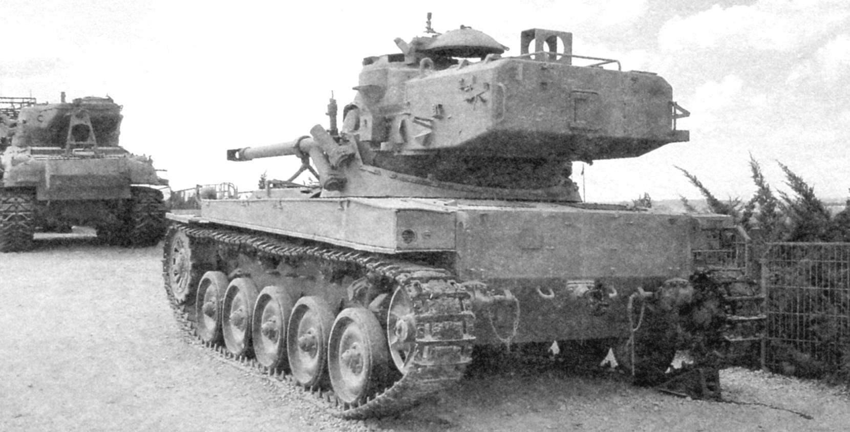 АМХ-13 снабжён длинной кормовой нишей, в которой находятся автомат заряжания и часть боекомплекта снарядов