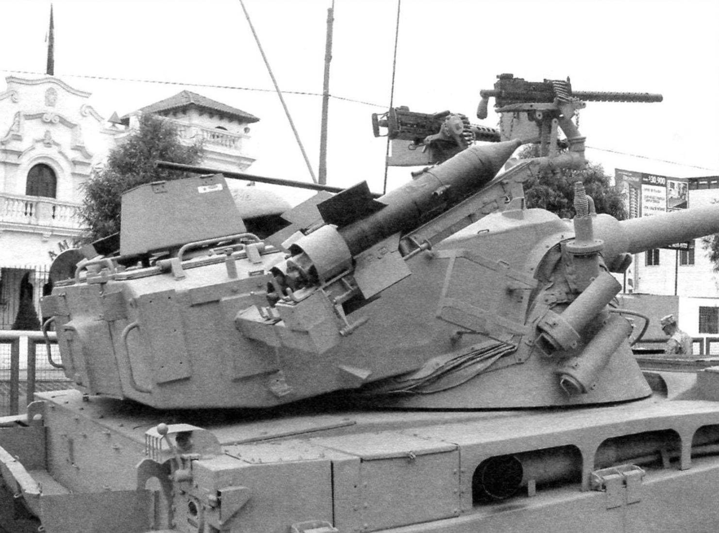 Качающаяся башня танка. На ней размещены пусковые ракетные установки, пулемёты и блоки дымовых гранат