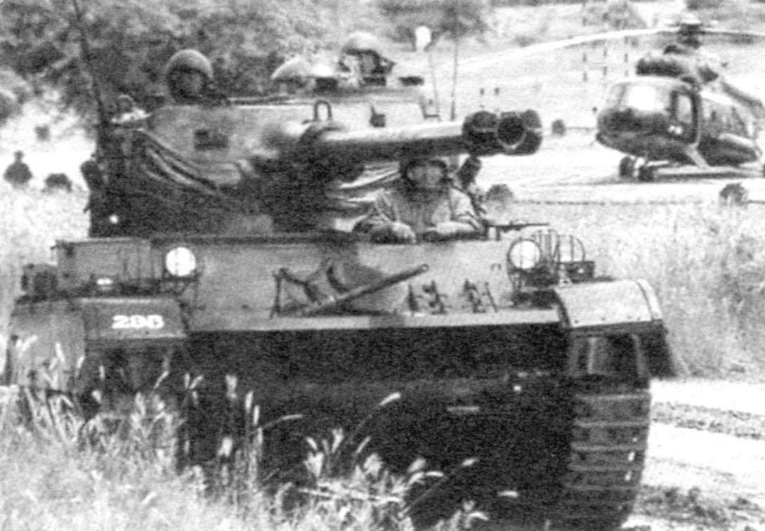 Экипаж танка состоит из трёх человек. В левой части башни - командир, справа от пушки - наводчик, механик-водитель - слева в отделении управления