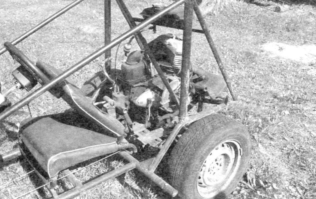 Вид силового агрегата. Откидывающаяся спинка сиденья способствует удобному доступу к силовому агрегату