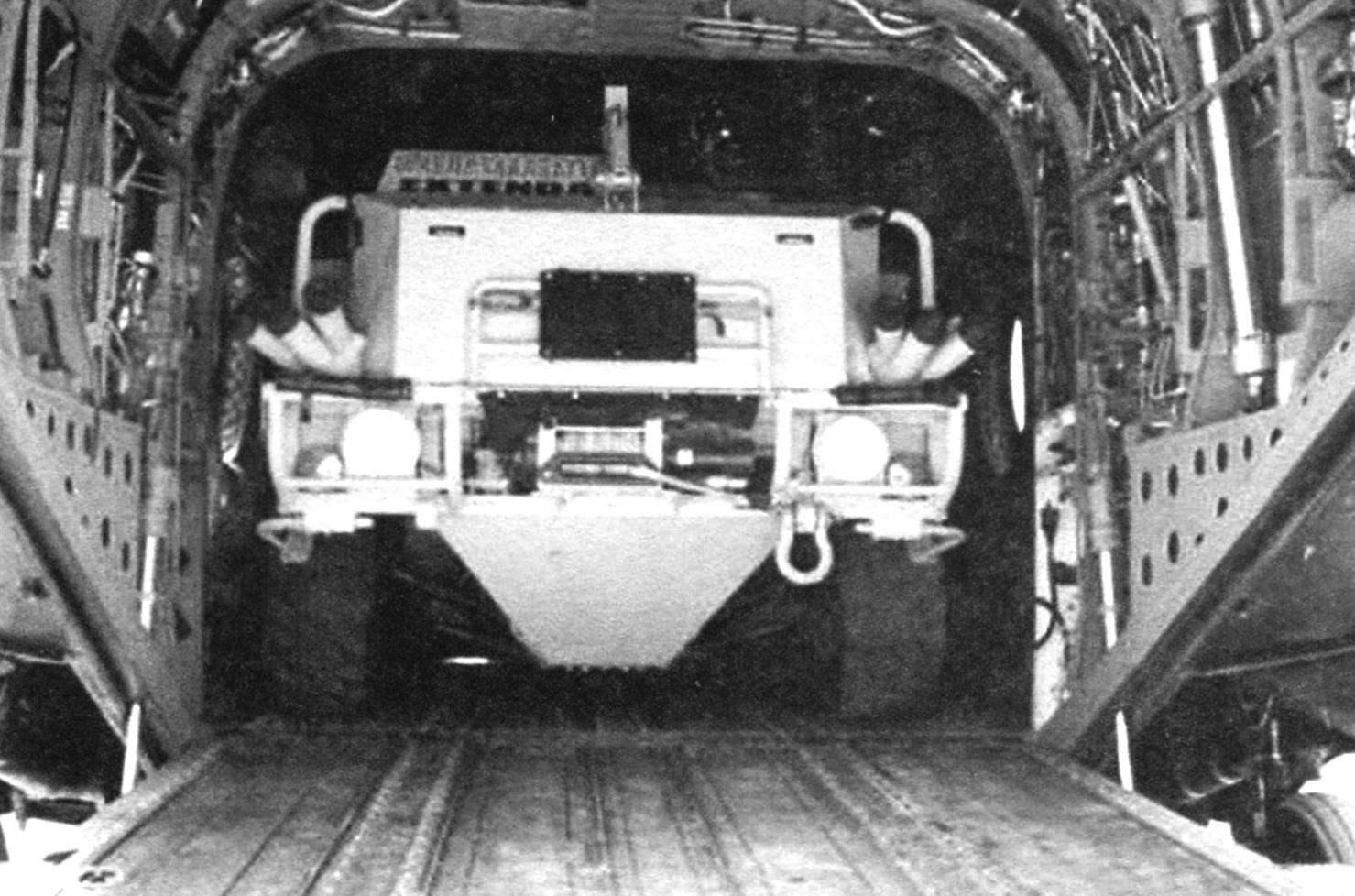 Броневик «Экстенда» 4x4. Масса - 6700 кг, грузоподъёмность - 2100 кг, экипаж-3 человека. Подвеска машины позволяет изменять клиренс от 180 до 485 мм