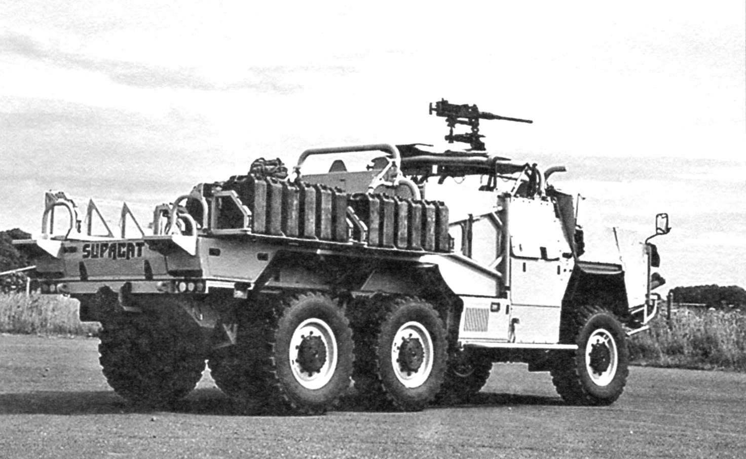 Испытания броневика на австралийских равнинах перед заключением контракта на их поставку в армию Австралии, 2009 г.