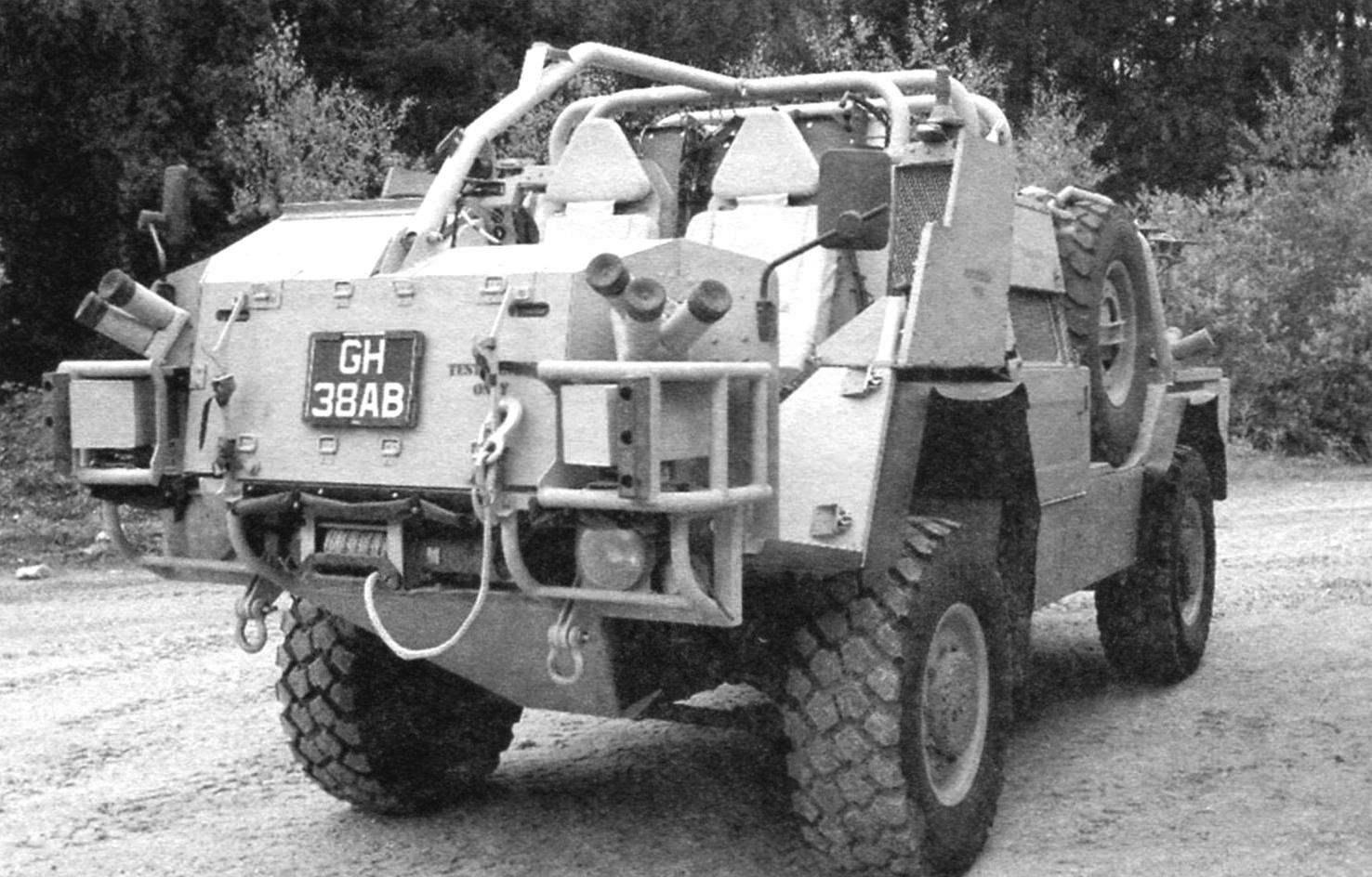Корма бронеавтомобиля с установленной дополнительной броневой зашитой и бронекреслами