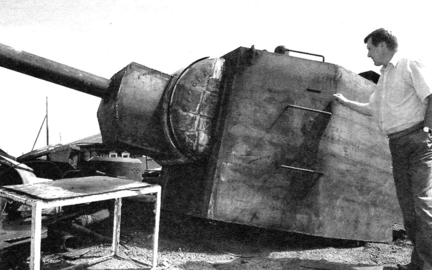 The tower of the KV-2 was already struck by its size - its height was equal to 1.79 m. the Internal dimensions of the tower: lenght - 2400 mm, width -1745 mm. For comparison, standing next to a man had a height of about two meters. Turret - a private Museum exhibit designer V. Verevochkin, Novosibirsk