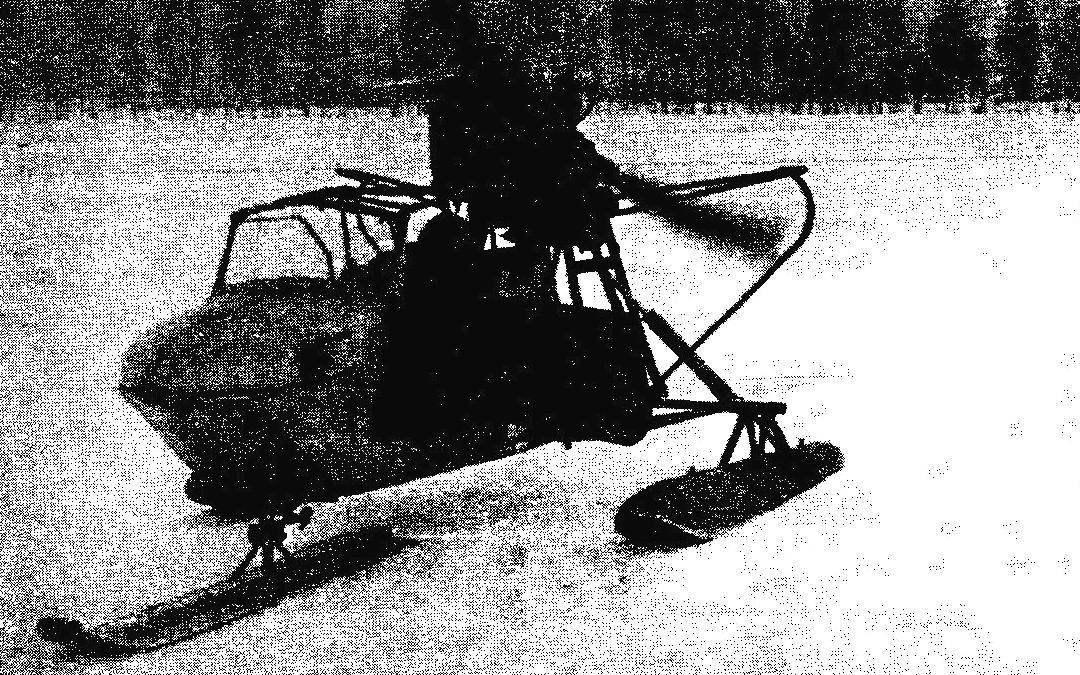 Аэросани АК-4 с двигателем от автомобиля ГАЗ-21 «Волга», расположенным на раме, и клиноременной передачей вращения на винт