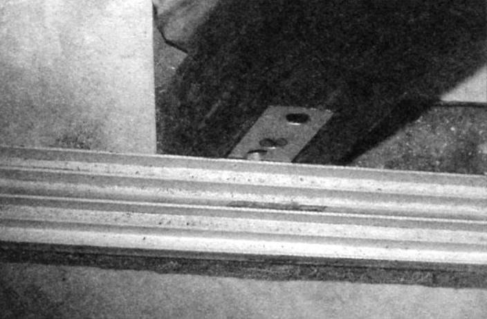 Нижний горизонтальный брус «утоплен» в стяжке пола ванной комнаты и крепится к стойке при помощи уголка