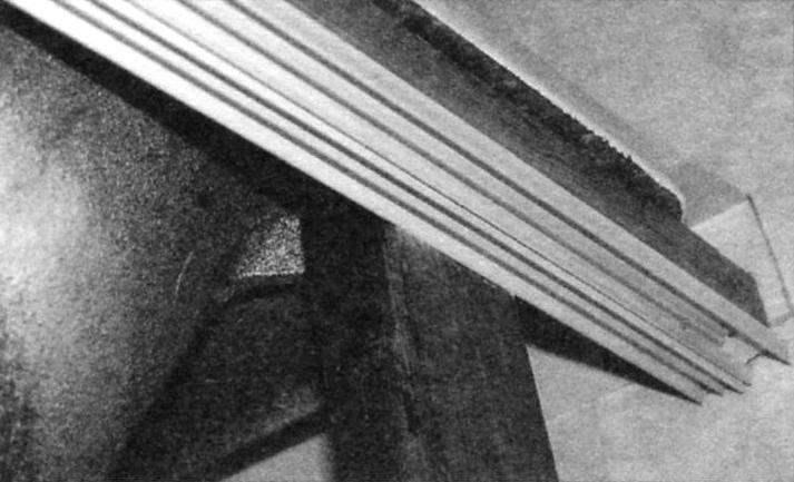 Верхний горизонтальный брус крепится к стойке шурупом с внутренней стороны