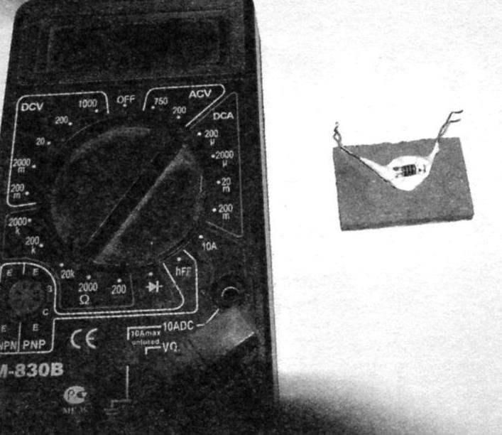 Рис. 3. Вид на приклеенный с тыльной стороны кафеля резистор R2