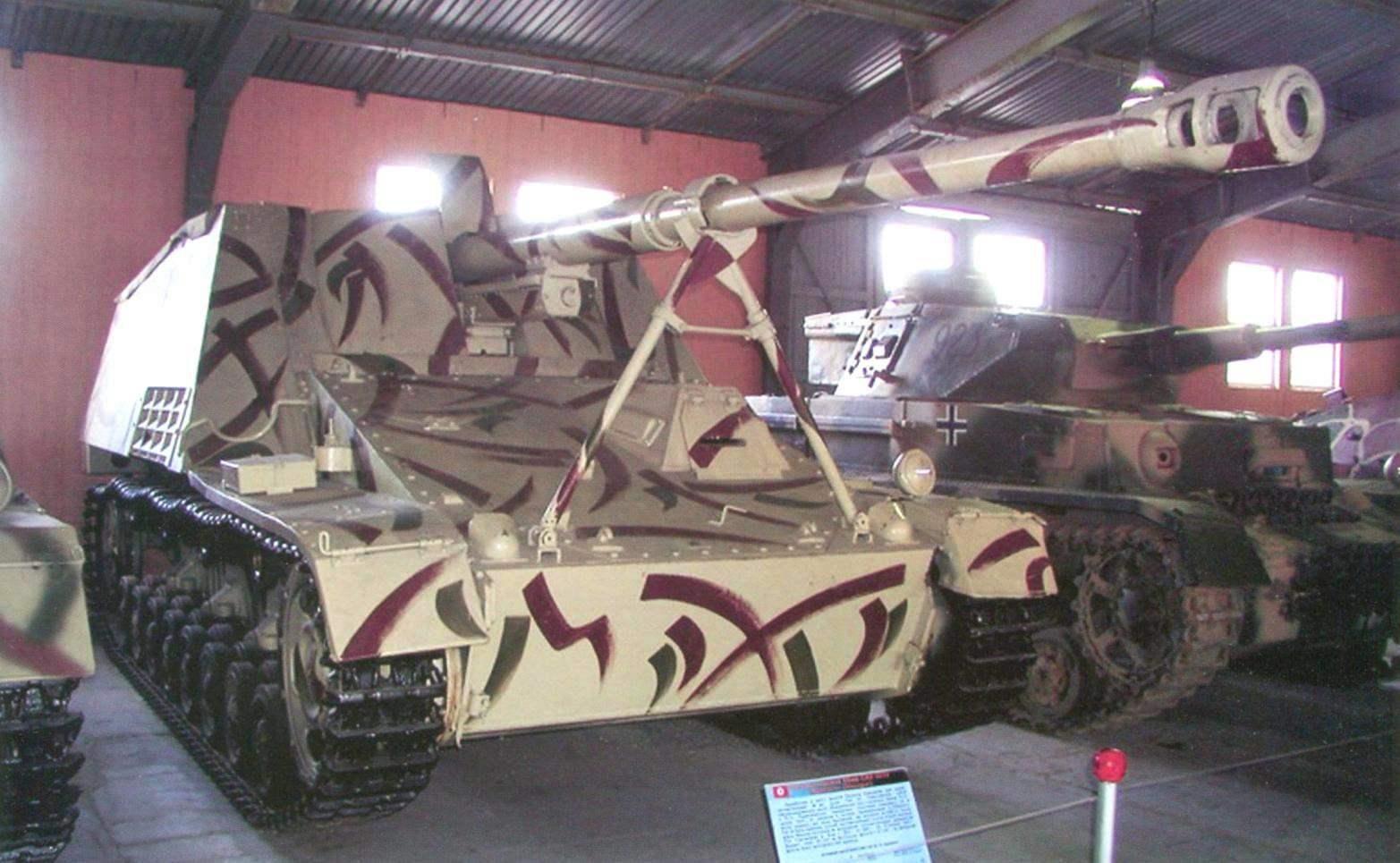 «Насхорн» в экспозиции Музея танкового вооружения в подмосковной Кубинке. Установки выпуска 1943 г. имели камуфляжную окраску из пятен оливково-зелёного и красно-коричневого цветов по песочно-жёлтому фону