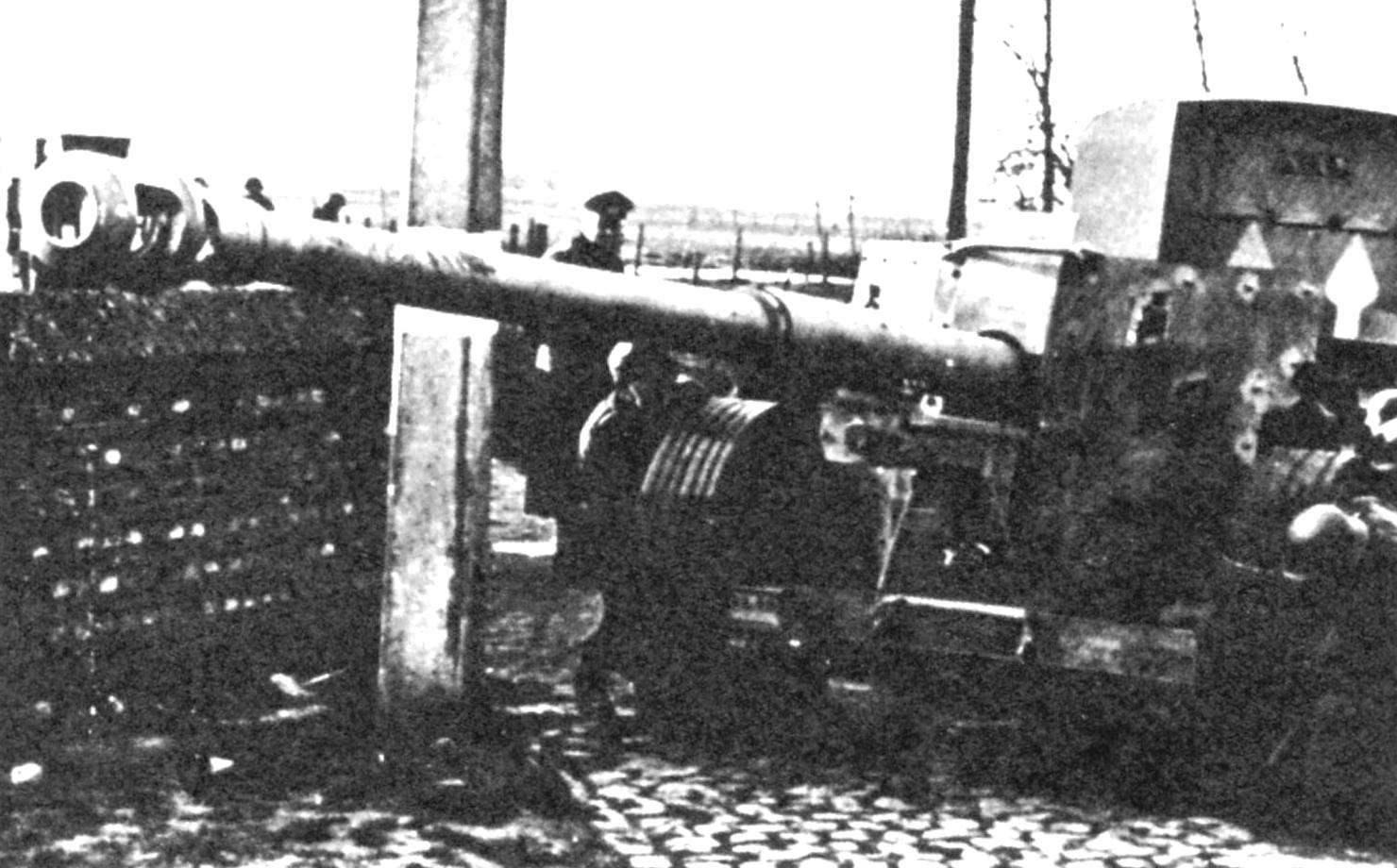 Пушка Pak 43 устанавливается расчётом на огневую позицию