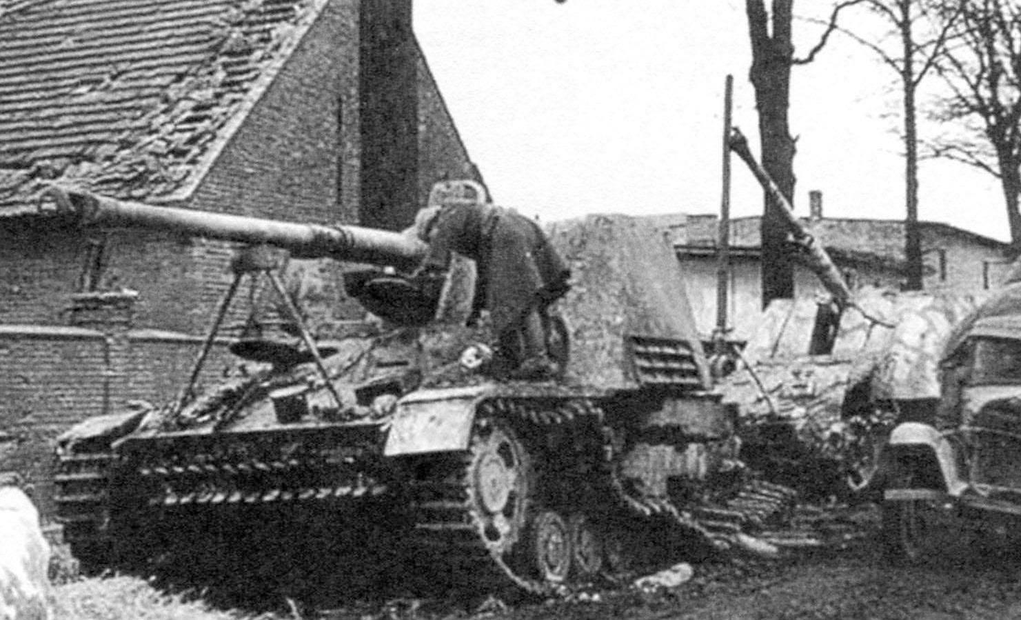 САУ «Насхорн», подбитая огнём нашей артиллерии. Белоруссия, 1944 г.