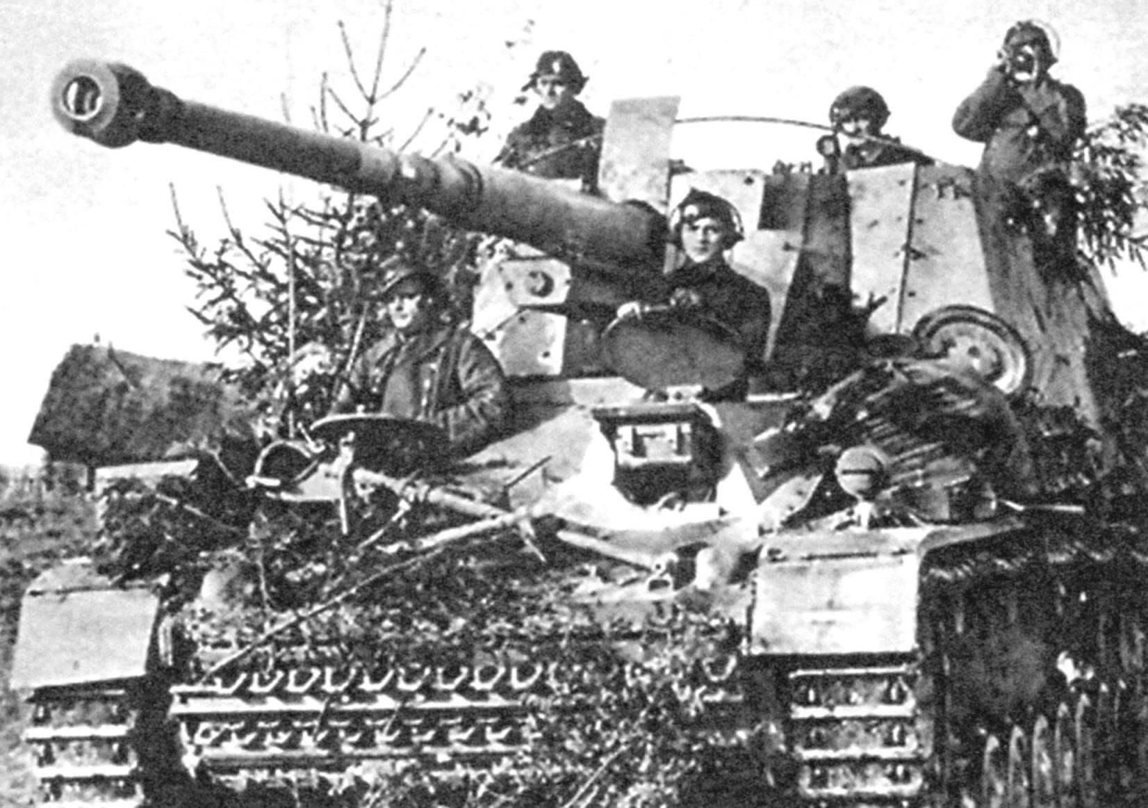 Экипаж установки на своих рабочих местах: слева - радист, справа - механик-водитель, в рубке: слева - заряжающий, в центре - наводчик, справа - командир машины. Восточный фронт, 1943 г.