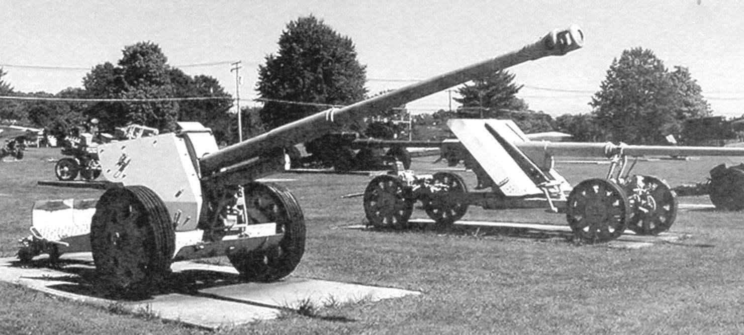 Основа противотанковой обороны Вермахта - 88-мм дивизионные пушки Pak 43 на колёсном лафете и на зенитном лафете. Абердинский полигон, штат Мэриленд, США