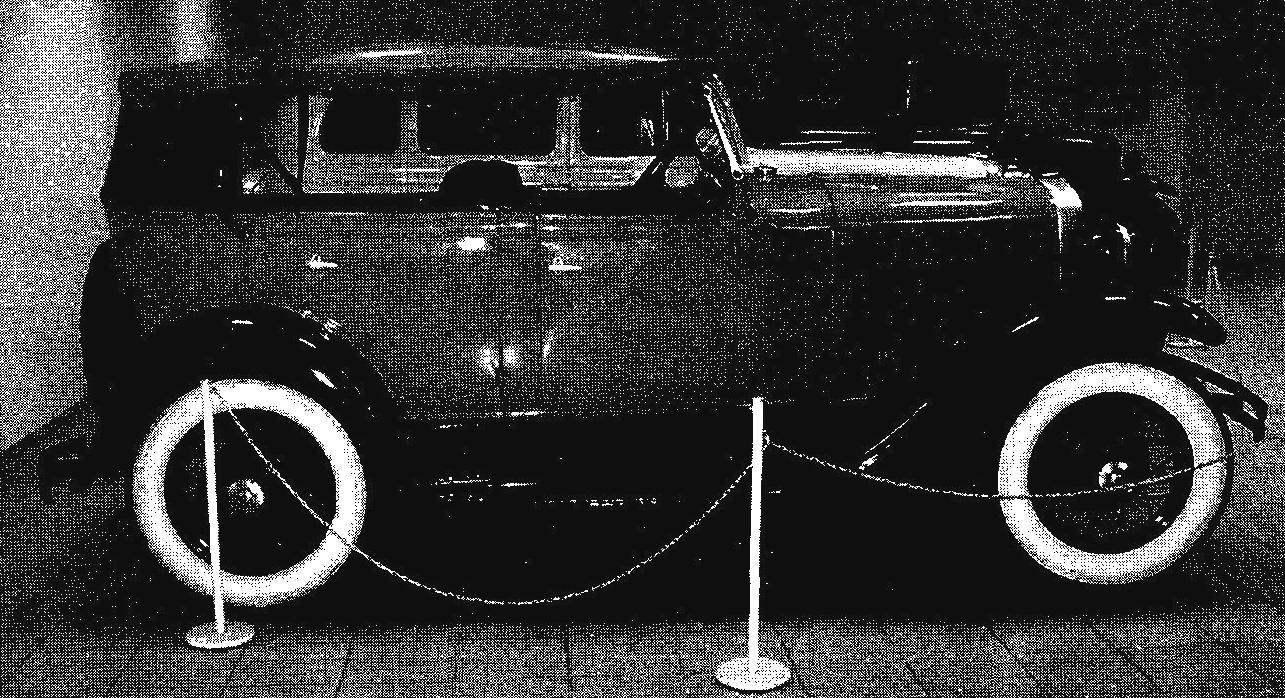 Автомобиль ГАЗ-А (виды спереди в 3/4 и сбоку)