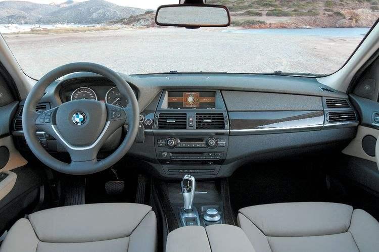 Передняя часть салона BMW Х5 выпуска 2006 года