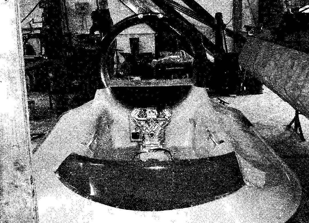 Монтаж двигателя в кормовой части кокпита. Горизонтальная полка в кольцевом канале воздушного винта разделительная панель