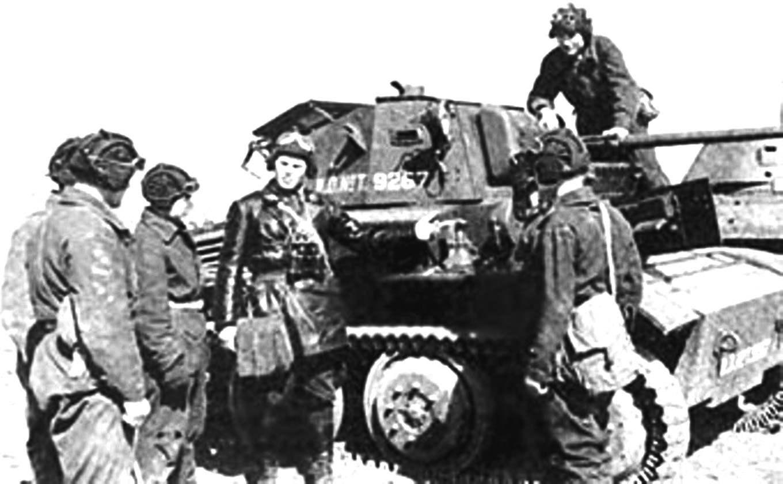 Советские танкисты изучают английский танк Мк VII. 151-я танковая бригада, 1942 год. На башне и корпусе машины нанесены номера британского военного департамента