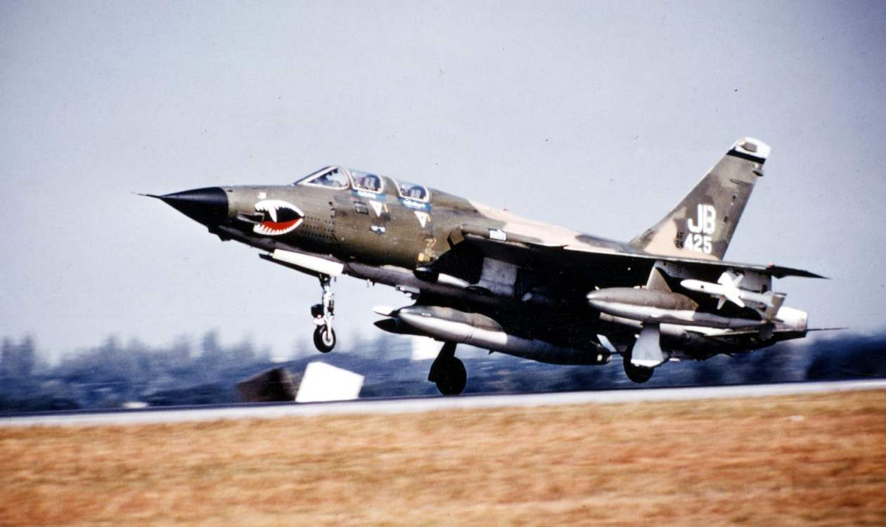 Посадка самолета EF-105F Wild Weasel