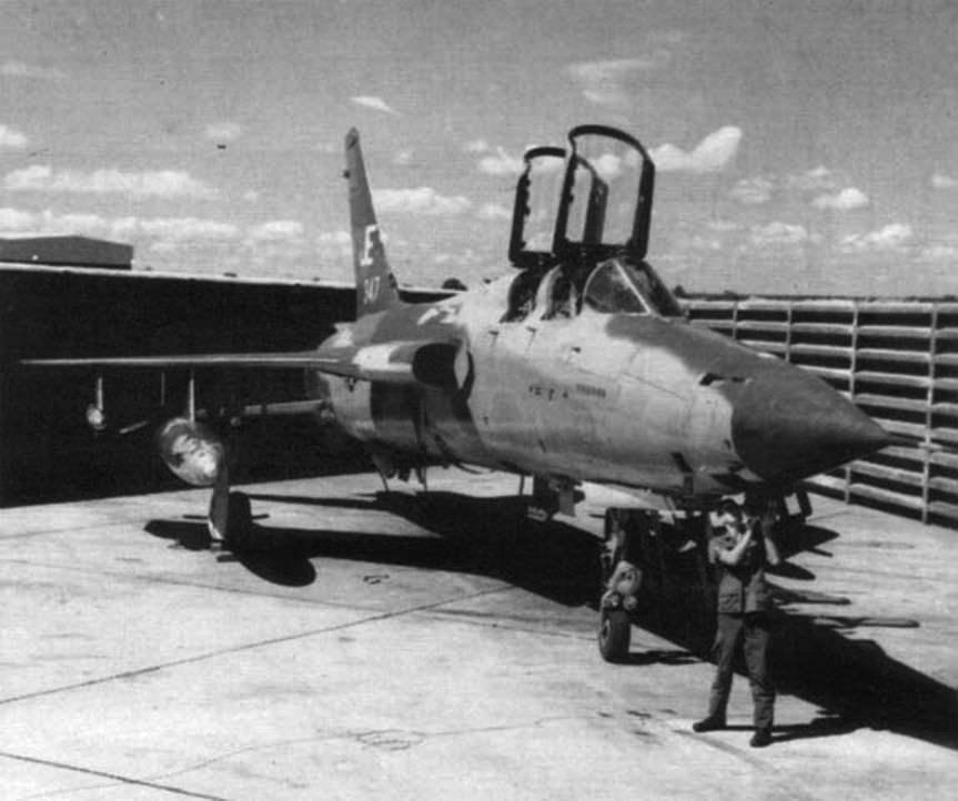Подготовка к вылету самолета F-105G Wild Weasel на авиабазе Такли