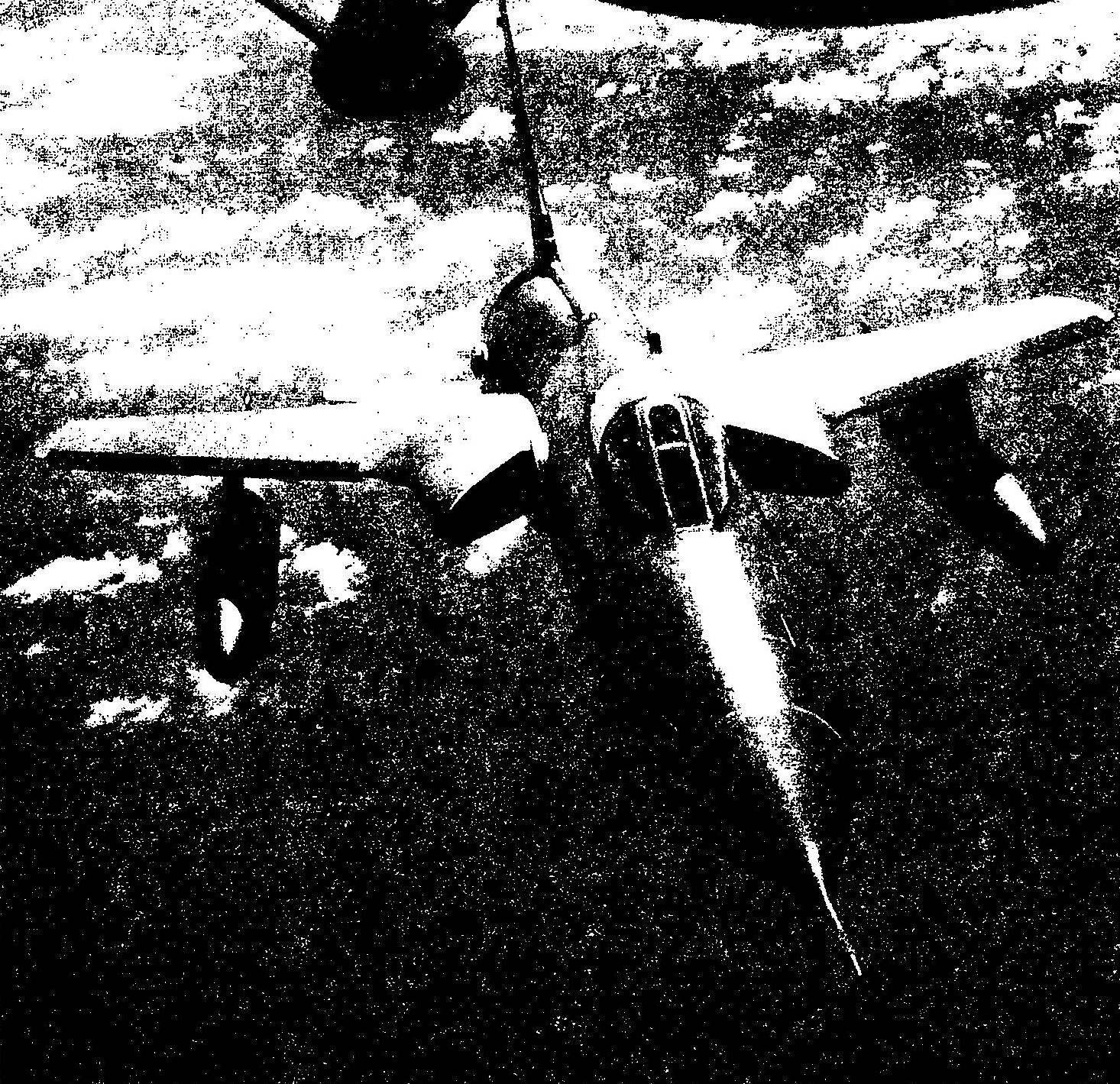 F-105G готовится к дозаправке топливом в полете