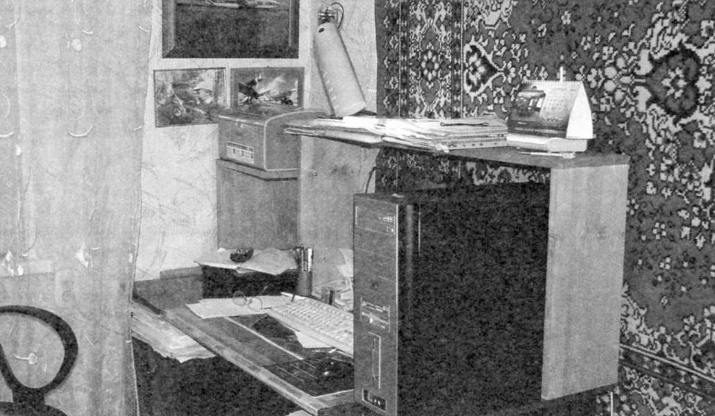 Компьютерный уголок со стеллажом на столе