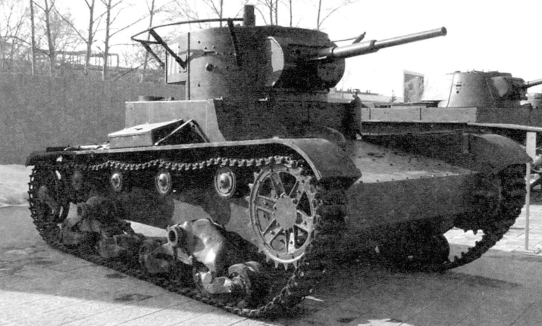Радийный танк Т-26 с поручневой антенной коротковолновой радиостанции 71-ТК-1
