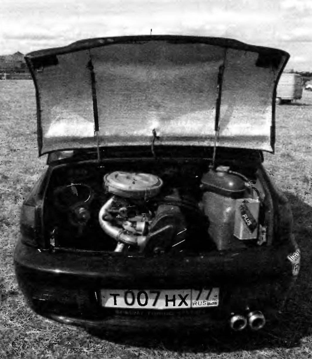 Место 30-сильного двигателя ЗАЗ-965 занял форсированный до 92 л.с. мотор от ВАЗ-2108. Слева — первый радиатор с приточным вентилятором; второй радиатор с другим вентилятором — под отделительным стеклопластиковым кожухом