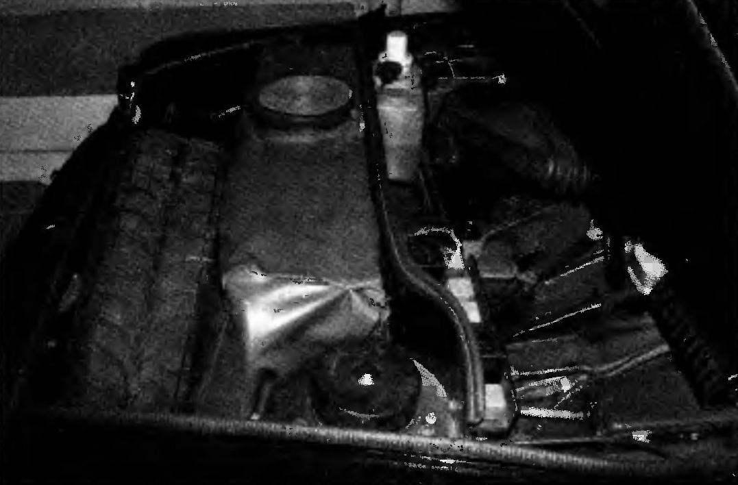 Под передним капотом в багажнике свободного места почти не осталось: здесь компактно разместились широкопрофильное запасное колесо, 60-литровый бензобак, аккумулятор и шоферский инструмент