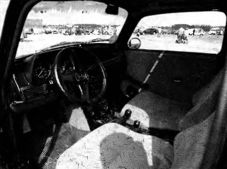 Передняя панель и приборный щиток — комбинированные, набраны от разных автомобилей. Рядом с обычными педалями управления: сцеплением, тормозами, «газом» слева появилась еще одна — стояночного тормоза. Рукояток между сиденьями — две: переключения передач и подключения привода переднего моста