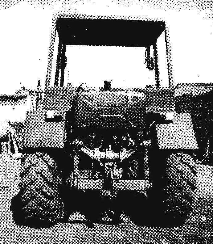 Навеска с гидравлическим подъемником позволяет подсоединять любые стандартные почвообрабатывающие орудия, а форкоп на раме — грузовую тележку