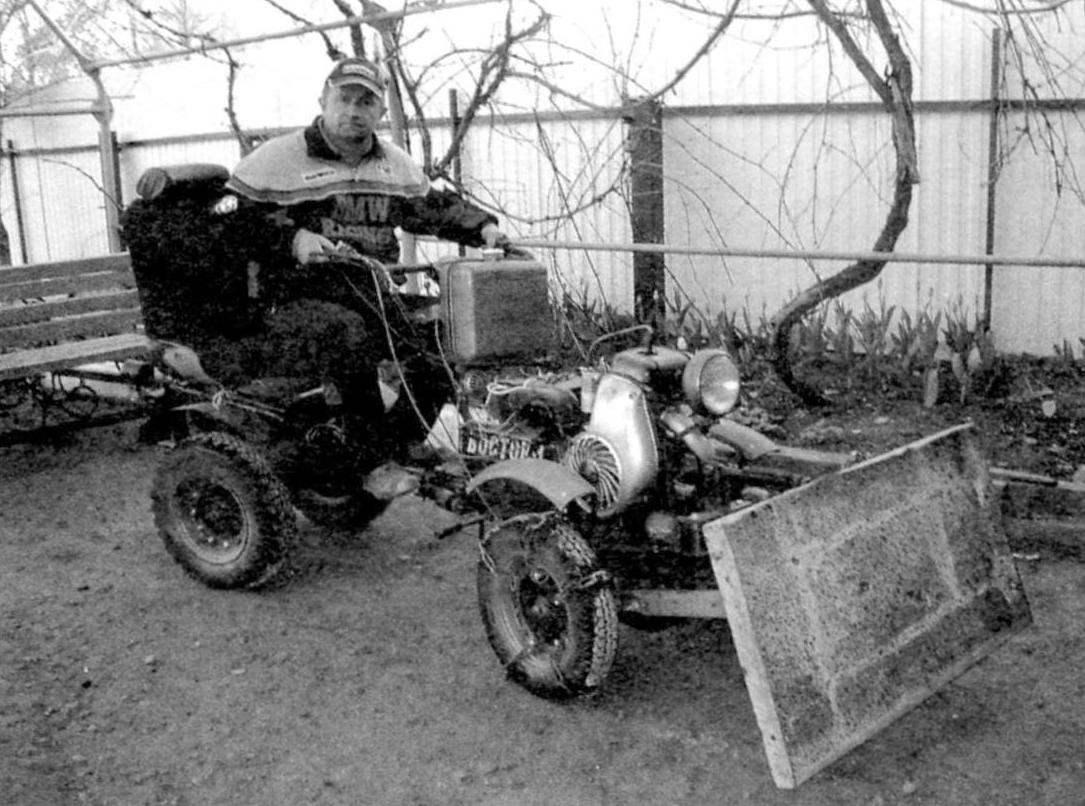 Мотоблок с прицепным сиденьем на колёсах и отвалом впереди
