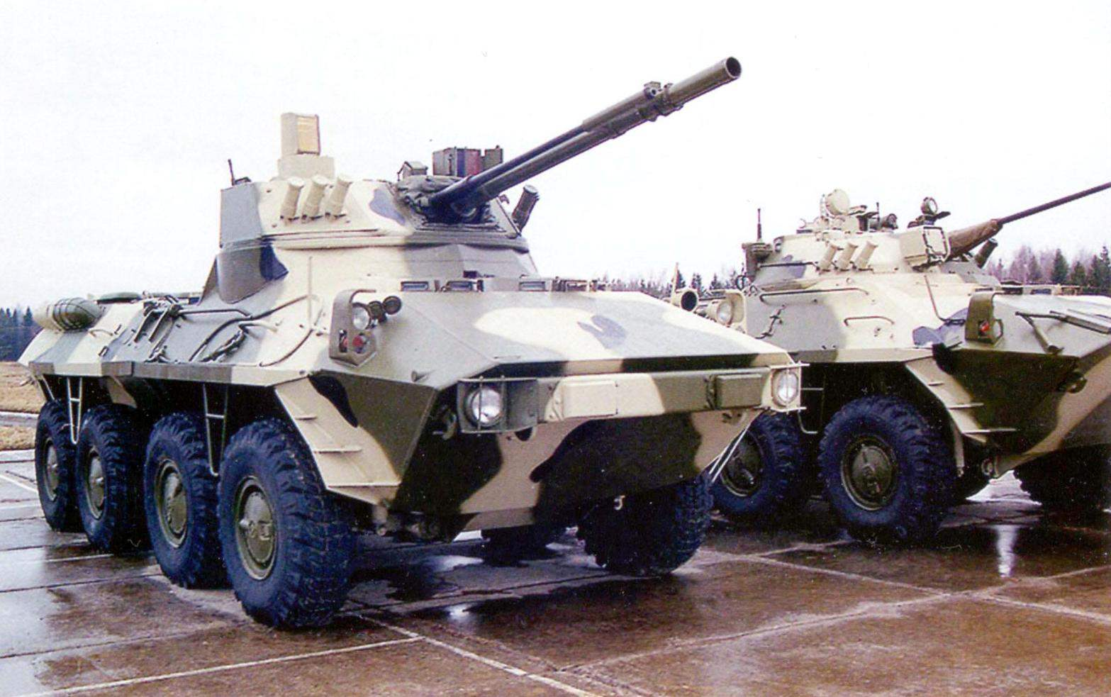 На переднем плане БТР-90М с боевым модулем «Бахча-У». За ним стоит БТР-90 с 30-мм пушкой 2А42