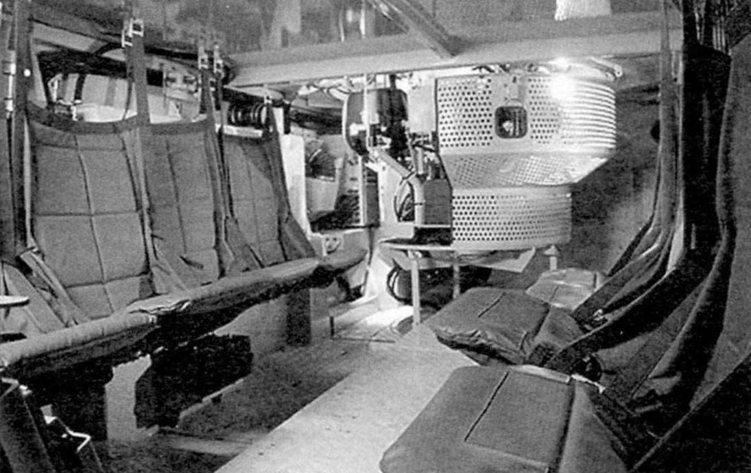 Десантное отделение бронетранспортёра. Вдоль бортов расположены травмозащитные подвесные сиденья, оснащённые встроенными амортизаторами
