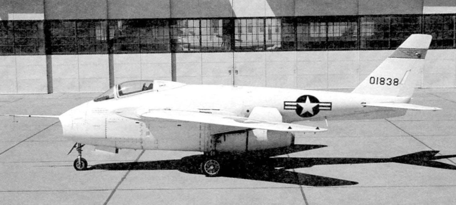 Экспериментальный самолёт Бэлл Х-5. В корне крыла видны обтекатели, закрывающие узлы для перестановки крыла. У фюзеляжа крыло имеет наплыв