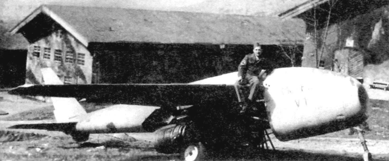 Прототип истребителя Ме 3.1101 VI, добытый американцами в качестве трофея в Обераммергау в апреле 1945 г. Вилен макет двигателя. Нижние панели фюзеляжа и створки основной стойки шасси сняты. Отсутствует фонарь кабины