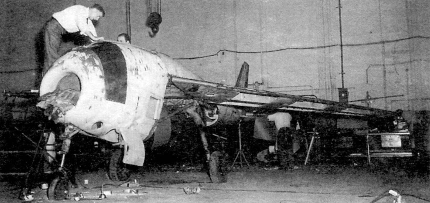 Ремонт повреждённого Р.1101 VI в цехе фирмы Бэлл в Буфало в 1947 г. Самолёт постепенно превращается из Р.1101 в Х-5