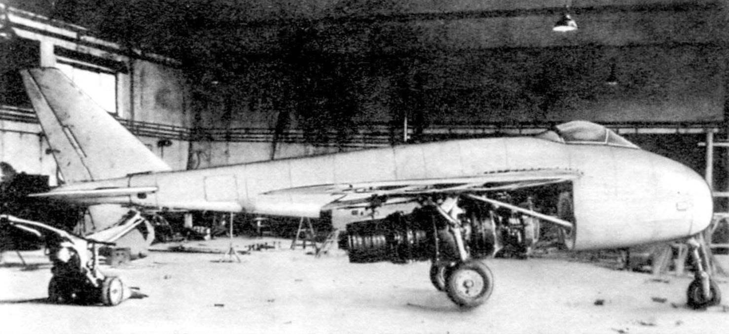 Р.1101 в Обераммергау. На самолёте установлен двигатель Юмо 004В. Лючок между крылом и стабилизатором обеспечивает доступ к радиостанции