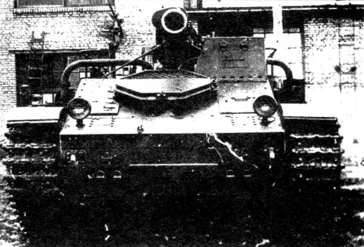 Носовая часть корпуса Су-14 заимствована от тяжёлого танка Т-35. По левому борту на верхнем листе - люк механика-водителя и наблюдательная башенка