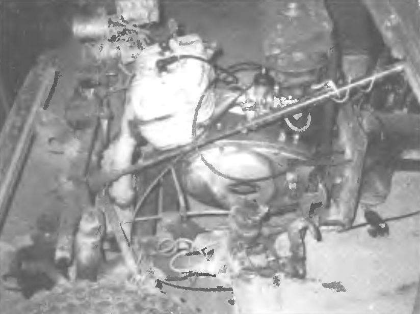 Силовой агрегат мотокара от мотоцикла «Иж-Юпитер»: передний мост, подвеска, рулевой механизм от мотоколяски, педали управления — все становится доступным при снятом капоте