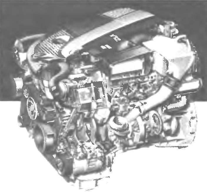 Бензиновые двигатели для автомобиля Merсedes-Benz S-класса серии W221. Слева вверху — 3,5-литровый 6-цилиндровый V-образный двигатель мощностью 272 л.с. Справа вверху— 5,5-литровый V -образный 12-цилиндровый двигатель мощностью 517 л.с. Внизу — новый 5,5-литровыи 8-цилиндровый V-образный двигатель мощностью 388 л.с. в сборе с автоматической 7-ступенчатойКПП