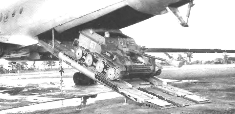 Выгрузка АСУ-57 своим ходом из грузового отсека Ту-107