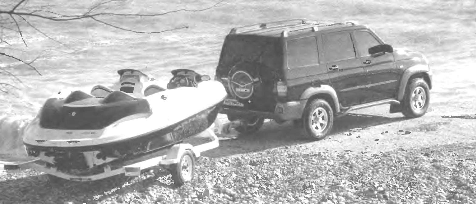 На буксире UAZ PATRIOT способен везти груз около oднoй тонны