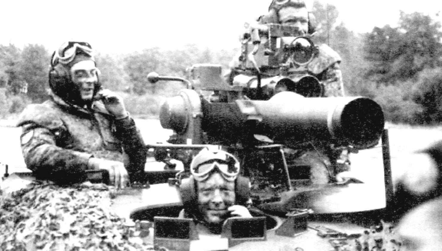 Пусковая установкам M151 ПТРК TOW на борту «Визель». Экипаж машины в таком варианте состоял из механика-водителя (впереди), командира (слева) и оператора комплекса (справа)