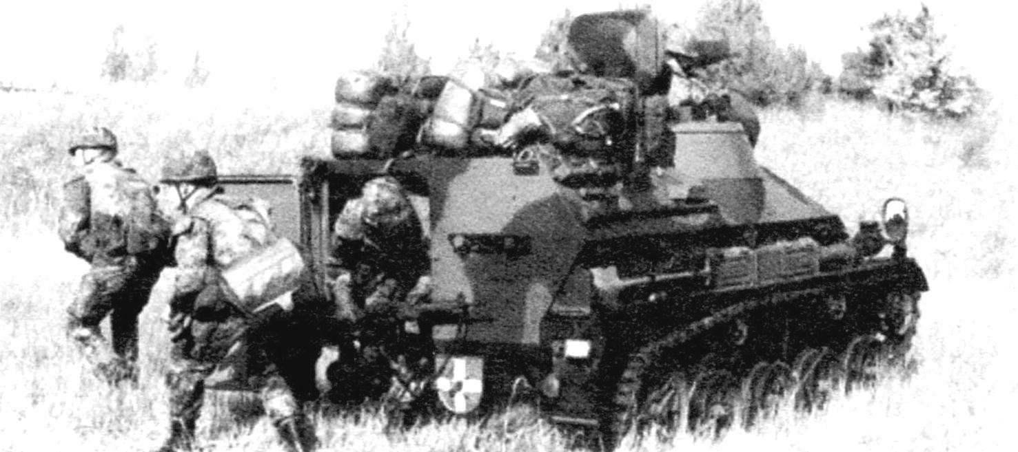 Десантное подразделение в составе трёх человек покидает «Визель-2» через распашную дверь в корме корпуса