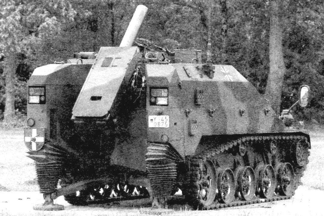 На корме шасси «Визель-2» открыто разместили 120-мм гладкоствольный миномёт ствольного заряжания с противооткатными устройствами