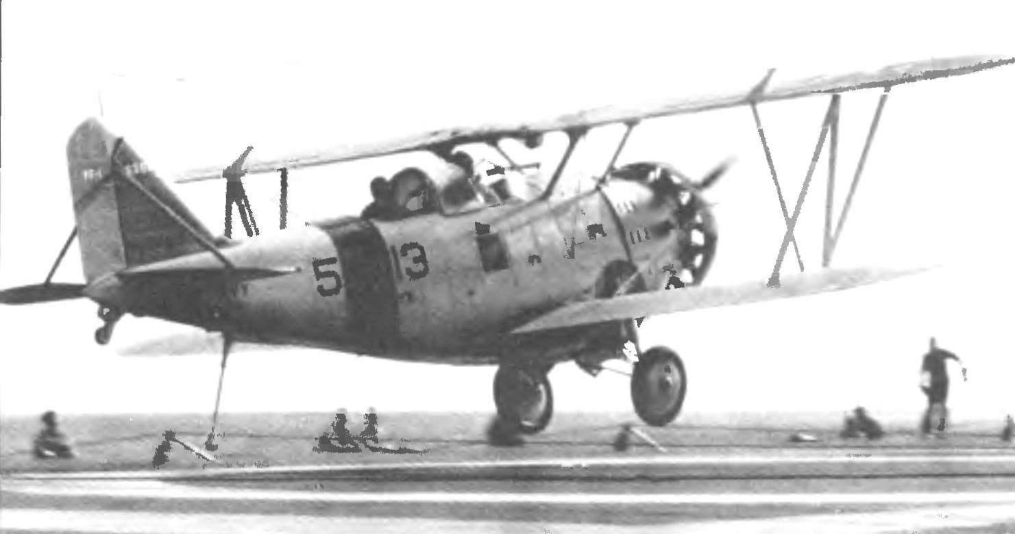 Палубный истребитель FF-1 совершает посадку на авианосец