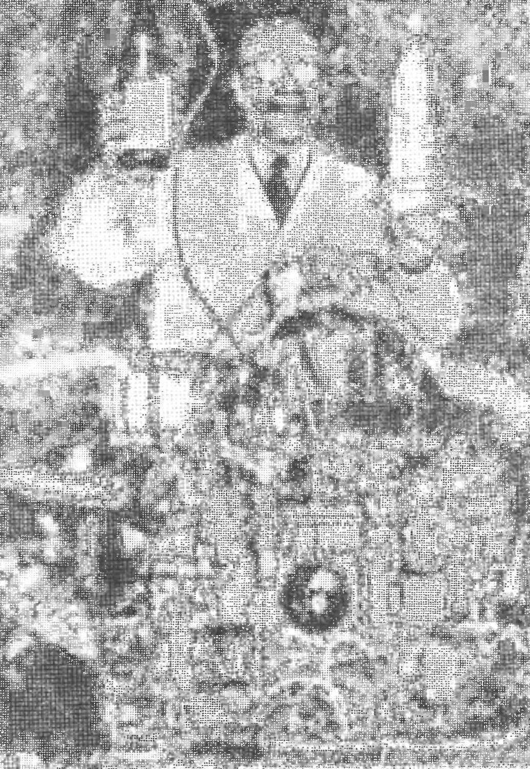 Жан Шамбрен, которому пресса приписывает изобретение «водяного» двигателя внутреннего сгорания, демонстрирует мотор и топливо для него. В одной руне у него бутыль со спиртом, в другой — обычная вода.